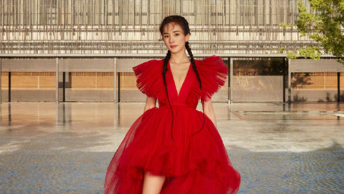 杨幂中国红长裙双鱼骨辫拍写真,一颦一笑尽显高级,造型A爆了