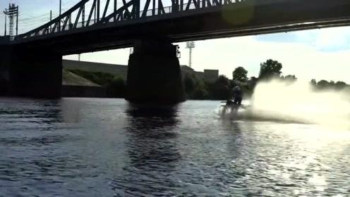 老外把摩托车改装一下、在水里开比快艇还要过瘾