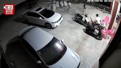 监控记录广西玉林5.2级地震现场 震感强烈 居民深夜跑出避震