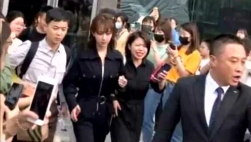 偶遇杨紫参加活动 当镜头后移看到她周围的人 身高真实了