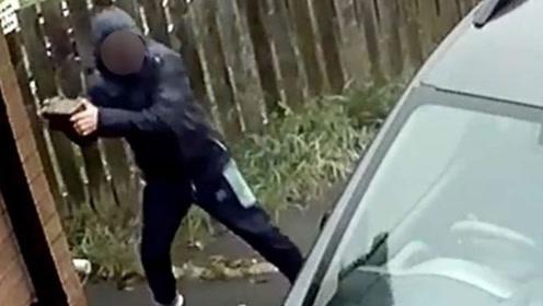 小偷扔砖块砸车窗,谁料弹回砸中自己的脸痛苦逃走