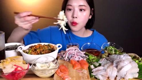 韩国小姐姐吃拌饭配生鱼片,长得好看吃相优雅,很养眼