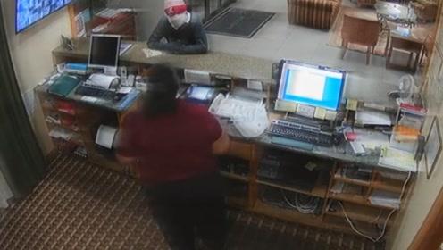 劫匪持枪抢劫旅馆只因一个动作悲剧了结局令人捧腹大笑