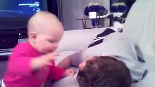 宝宝太逗了,对着哥哥脸一顿拍,想让哥哥陪他玩