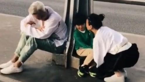 林瑞阳一家三口同行 张庭街头不断亲吻儿子
