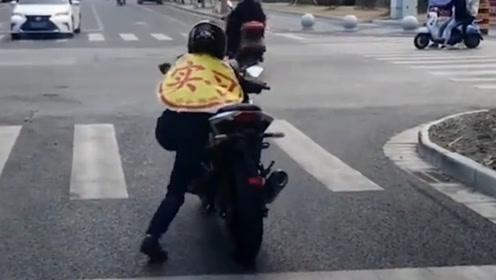 兄弟啊 好好的摩托车 硬生生被你骑出了28大杠的感觉