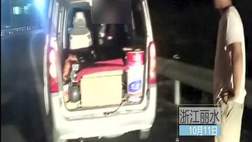面包车油漆桶上蹲个人欲上高速 民警:急刹时你准备从哪飞出去?