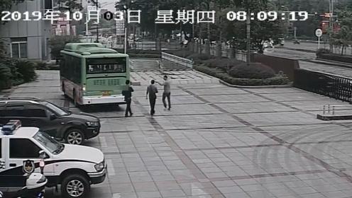 公交车直接开进公安局 车上载有4名嫌疑人