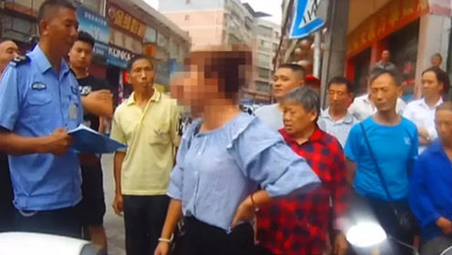 女子情绪激动不配合执法 挥手打掉民警警帽被拘