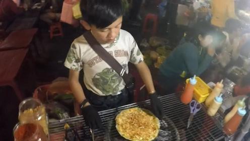13岁小孩夜市摊上卖小吃,7块1份,食客捧场一次买5份!