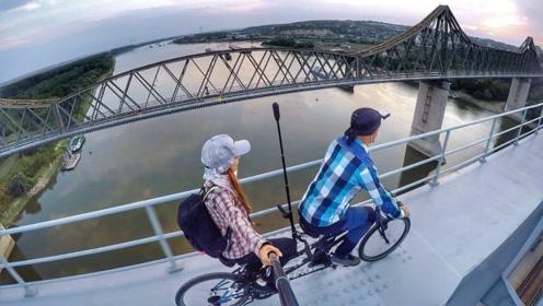 情侣桥梁高架骑行,一个失误就是死亡,女友胆子也太大了