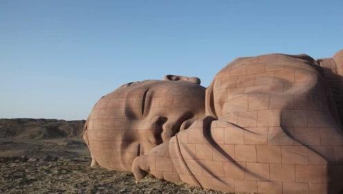 中国甘肃沙漠沉睡着一个可爱的婴儿 却让无数游客看到后流下泪水