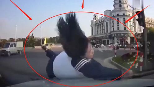 右转车辆没视野还不刹车,将斑马线过路学生撞倒!交警都怒了:太嚣张!