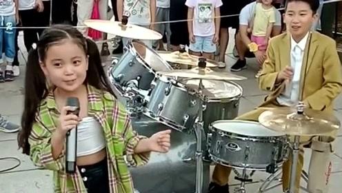 8岁小女孩实力翻唱《李兰妈妈》,自带明星范,气场太强大了