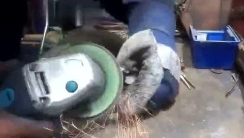 男子用金属焊一个艺术品,开始并没看懂,成品却让人眼前一亮