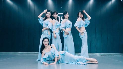 活力四射!快乐的蓝裙少女们齐跳东方舞,抖动肚子节奏感十足