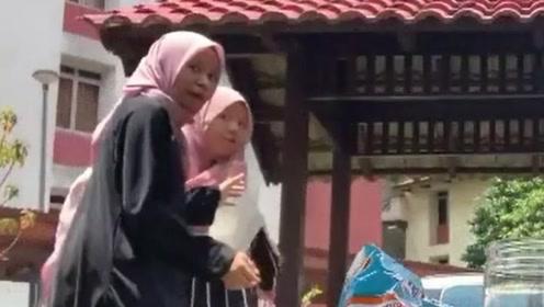女孩们正要开始直播 结果被一只突然出现的猴子搅局抢镜
