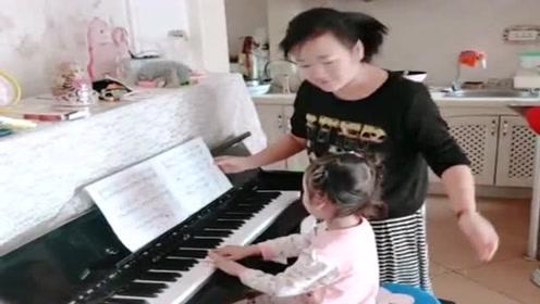 女儿练了一年的钢琴,没想到曲子还能这样弹,还好被妈妈发现了