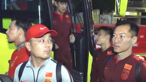 大战在即!国足抵达菲律宾 球员神情严肃 菲中之战一天后开踢