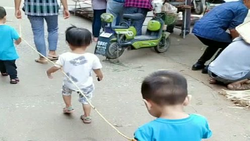 生了三个熊孩子,一出门都要这样牵着走,原谅我没忍住笑了!