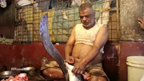 买了条罕见的大鱼,印度小哥居然这样杀,好怕他弄伤自己啊