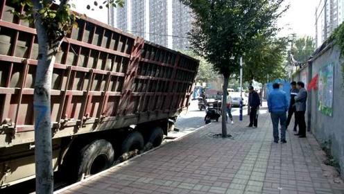 """大货车轮胎""""陷""""路面,内装半车钢材"""