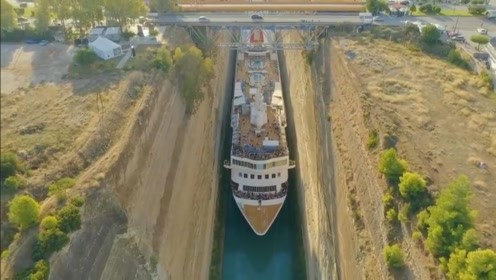 罕见!英巨型游轮在24米宽运河中成功穿梭 游客伸手可以碰崖壁