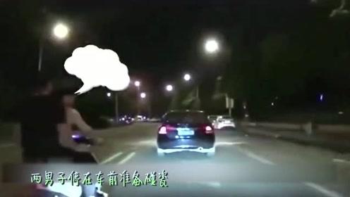 两男子骑车碰瓷失败,逃跑时车又翻了,你们憋住不许笑!