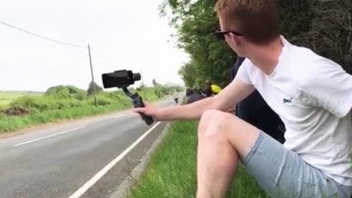 时速300km的摩托车有多恐怖?小哥刚举起相机,下一秒彻底懵圈了