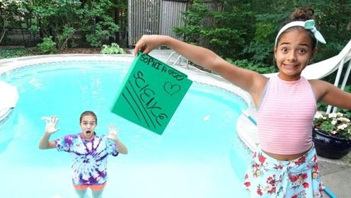 老外脑洞大开,将姐姐的课本扔到了水里,结果悲剧了