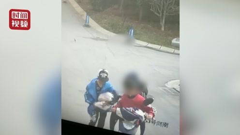 """""""代跑小哥""""上楼送件 仨男孩偷走车内货物 警方:不满十四岁已批评教育"""