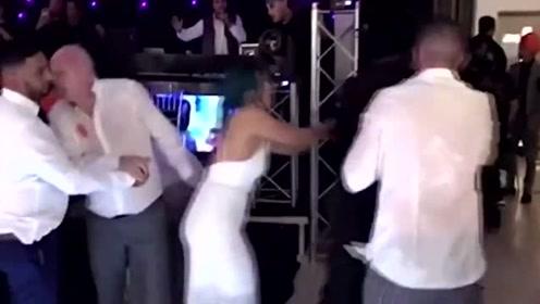 两男子在婚礼上吵架大打出手,现场一度陷入失控