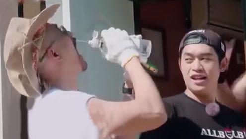 徐锦江生活技能差!不会喝水呲自己一脸水,委屈的向儿子撒娇抱怨