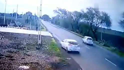 两车作死超车,丝毫不给摩托车司机机会,下一秒被截杀
