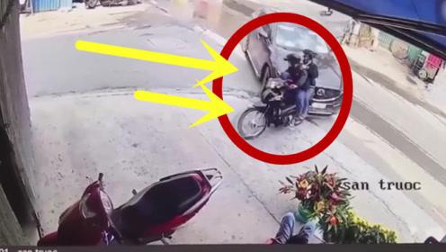摩托车男子嚣张惯了,谁知这次遇到了狠角色,当场怂成孙子!