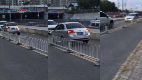 北京一逆行小车被车流顶着倒退数百米,网友:看你还敢不敢