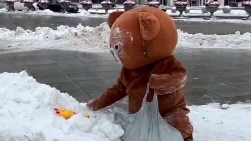 网红熊不认真发传单,竟然跑到外面去玩雪,你也是个人才