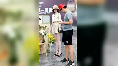 男朋友不肯买花给她,小姐姐直接拿着花就跑了!