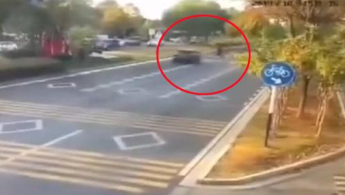 轿车过斑马线未减速撞飞路人致1死3伤 监拍惊险一幕