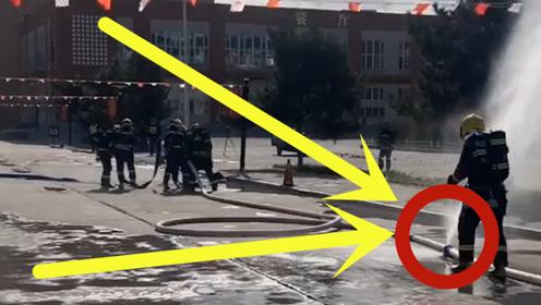 消防员救火真实现场:水管接口突发故障,消防小哥用身体挡住漏水口!