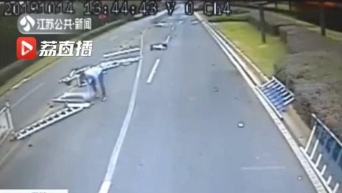 轿车失控撞飞护栏 路过的公交司机徒手默默清理现场