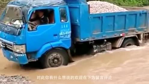 卡车陷在了水里,挖掘机帮忙推了把,把它救出来!
