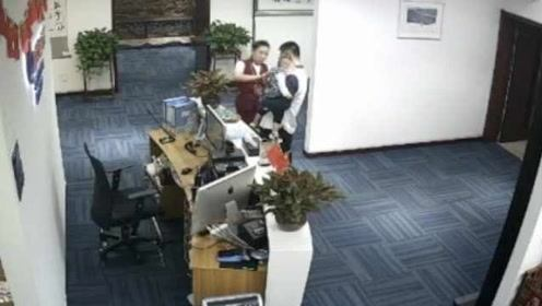 婴儿济南机场高烧惊厥吓坏父母,女员工1分钟紧急救回