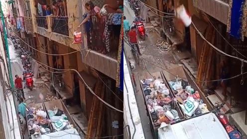 印度式扔垃圾:直接从楼上扔,中国人民都惊呆了