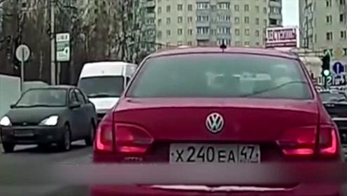 女司机突然下车挑衅,壮汉就是一顿拳打脚踢,悲剧了!