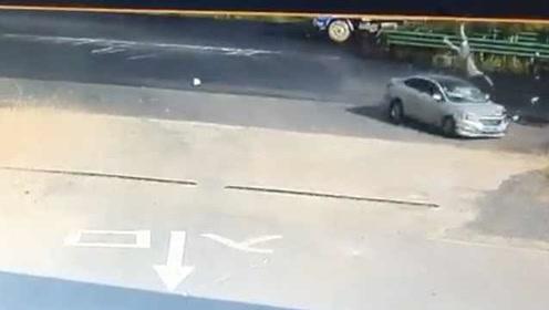 男子被撞飞空中翻转3圈,万幸脚先着地,监控拍下惊险瞬间