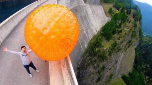 从165米高扔下一个巨大弹力球,会发生什么?结果出乎意料!