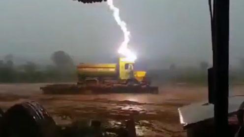 可怕! 实拍印度恐怖闪电击中卡车 车旁40多只羊当场死亡