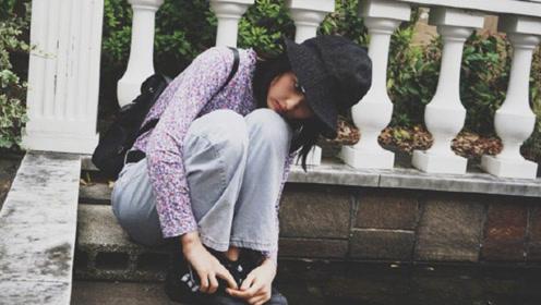 张子枫碎花上衣挑战复古滤镜 表情灵动清纯文艺范儿十足
