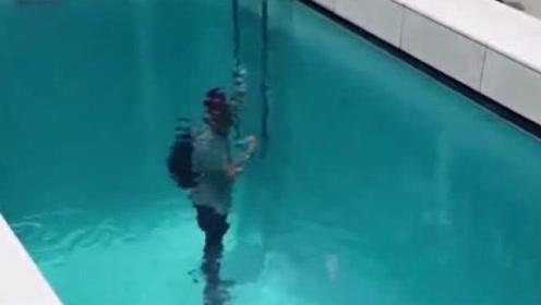 """日本的""""诡异泳池"""",人群在水下谈笑风生,衣服却一点都没湿!"""